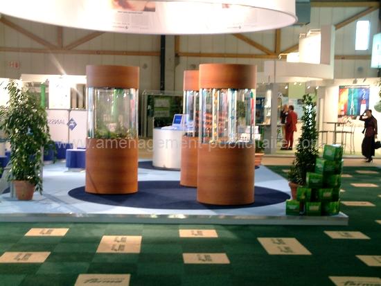 mobilier pour magasin : bornes décoratives dans un salon sur un stand