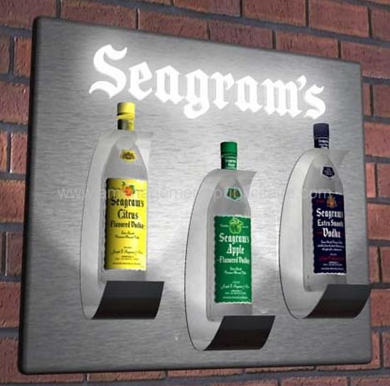 enseigne publicitaire pour marque de liqueur avec bouteilles en relief