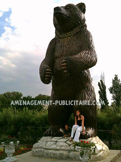 statue en resine - ours debout dans un parc