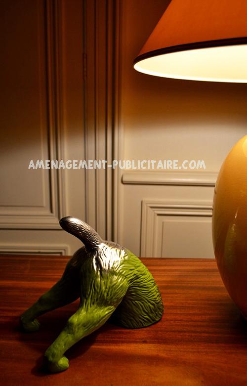 statue résine : paresseux devant une lampe